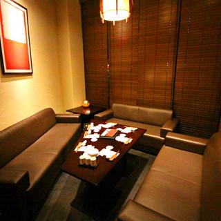 美食を囲み会話も弾むひと時。ゆったりとしたソファ席個室