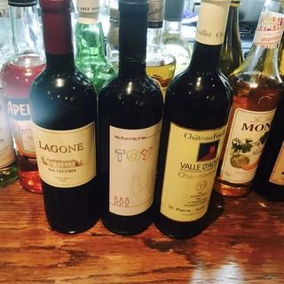<20種類>のワインを、パスタやピザに合わせて楽しんで…。