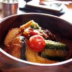 ナイヤビンギ - 夏野菜のスタミナ丼