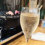 羊肉酒場 悟大 - スパークリングワイン通常500円が19時までの昼飲みキャンペーンで290円
