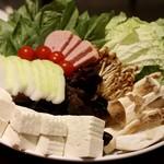 小肥羊 - 野菜盛り合わせ(白菜 、緑野菜 、冬瓜 、ミニトマト 、きくらげ 、エリンギ 、ブラウンエノキ 、スパム 、木綿豆腐 、春雨)
