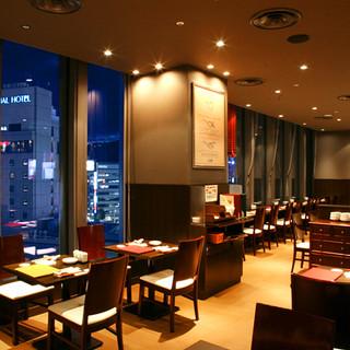 神戸の夜景が一望できるパノラマウィンドウ!上質な美食のひと時