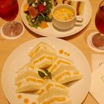 京橋千疋屋 -   アボカドとスモークサーモンのサンドのワンプレートとマンゴーサンド