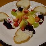 トラットリアバー PIAZZA - カマンベールチーズのフルーツソース 700円
