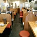 横浜家系ラーメン 町田商店 マックス - 平日の午後3時にはたまたま無人でした。その後、お客さんがパラパラと。