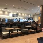 エクセルシオール カフェ - 2018/08 店内の中央の大きなテーブルと窓際のカウンター席には電源コンセント設備あり