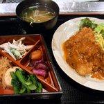 江戸幸 - 江戸幸定食 豚ヒレカツ750円です。 メインの豚ヒレカツと重箱に入ったおかず、味噌汁そしてご飯の登場ですよ。