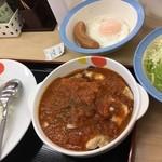 松屋 - ごろごろチキンのトマトカレー+ソーセージ目玉焼