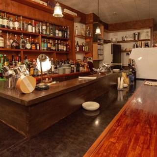 郊外の隠れ家ビストロは、バーのような落ち着いた大人の空間。