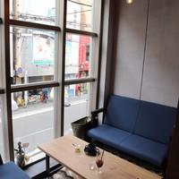 ≪ソファー席≫大きなガラス窓が開放感を演出*リラックスしながらお食事を楽しめます