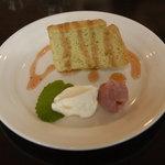 tack cafe - シフォンケーキ。桜の時期なので桜のソースがかかって、桜餡も。ふわふわでおいしい!