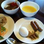 レストラン グリルテーブル ウィズスカイバー - カレーライス,コーンスープ,サラダ,タコのカルパッチョ,ソーセージ,ゆで卵,きんぴらごぼうなど。