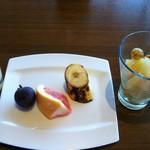 レストラン グリルテーブル ウィズスカイバー - ジュース,フルーツカクテル,ライチ,バナナ,ピンクグレープフルーツなど。