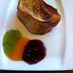 レストラン グリルテーブル ウィズスカイバー - フレンチトーストもありました。 ソースが選べて,キウイソース,マンゴーソース,ブルーベリーソースなど。