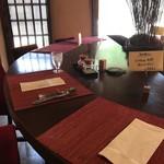 curry味善 - 半円形のテーブルを2卓向かい合わせたカウンターテーブルでいただきます