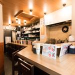 餃子と唐揚げの美味しいお店 肉玉屋 - カウンター10席アットホームな空間です♪