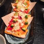 くいもの屋 わん - モッツァレラとアボカドの角ピザ