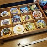満兆 - 鮮やかな「彩々弁当 (1800円)」