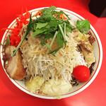 鷹の眼 - 冷やし中華  麺量300g  +豚1枚  +紅しょうが(2幕目)  全部マシ(野菜、ニンニク、アブラ、辛揚げ、ガリマヨ) でコール  有料トッピング 増やし