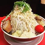 鷹の眼 - 冷やし中華  麺量300g  +豚1枚  +紅しょうが(2幕目)  全部マシ(野菜、ニンニク、アブラ、辛揚げ、ガリマヨ) でコール