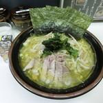 甲子家 - 塩ラーメン中850円 緑被りしてしまった