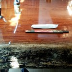 盤古殿 - 重厚なテーブル