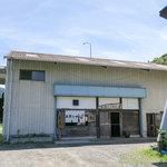 会津らーめん 磐梯山 - 倉庫みたいな外観ですが内装はワイルドで素敵。