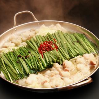 新鮮だからこそ味わえるプリプリ食感の国産牛のもつ鍋と鶏刺し