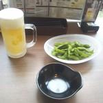 Live Kitchen 美楽亭 - まずはこれ!枝豆とチンカチンカのヒャッこいルービー!