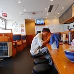 久御山 塩元帥 - カウンター席からお店の奥側を見る。