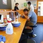久御山 塩元帥 - カウンター席からお店の入口レジ方向を見る。