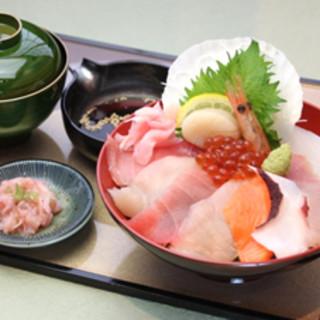 大人気の海鮮丼で新鮮な魚をお召し上がりください!