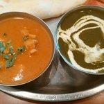 スパイスマジック カルカッタ - Bランチ930円のカレー2種類なり 左:チキン 右:ほうれん草とエビ(本日のスペシャル)