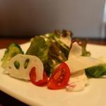 魚とカレーのお店 - レタスミックス、チコリ、レンコン、ブロッコリー、ミニトマトのサラダ