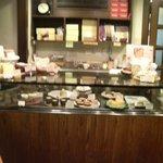 """オーブン・ミトン カフェ - はけの森美術館喫茶棟""""oven mitten Cafe""""店内ショーケース"""