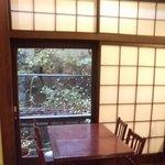 """オーブン・ミトン カフェ - はけの森美術館喫茶棟""""oven mitten Cafe""""店内カフェテーブル席と障子"""
