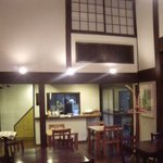"""オーブン・ミトン カフェ - はけの森美術館喫茶棟""""oven mitten Cafe""""店内カフェと厨房"""