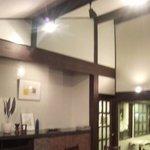 """オーブン・ミトン カフェ - はけの森美術館喫茶棟""""oven mitten Cafe""""店内カフェ勾配天井"""