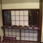 """オーブン・ミトン カフェ - はけの森美術館喫茶棟""""oven mitten Cafe""""店内カフェ窓カウンター"""