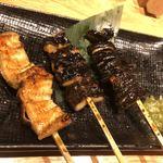 和食と炭火焼 三代目 うな衛門 - 鰻串焼き。背びれ、背中、腹身
