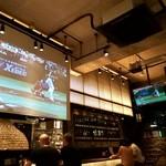カスコロッソ - 店内は大小2つのモニターで、野球観戦可
