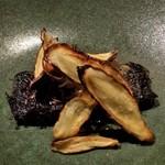 91802726 - 愛知産のウナギです。赤ワインと蜂蜜のソース。上には、焼き牛蒡。