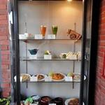 禁煙室 - 食品サンプルの並ぶショーケース