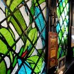禁煙室 - 壁にはめ込まれたステンドグラス