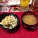ステーキとホルモン佐藤 - サラダとお味噌汁