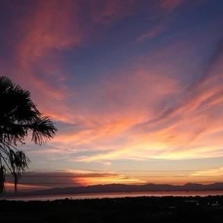 海に沈む夕日にうっとり。高台から絶景を望む抜群のロケーション