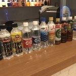 テルマー湯BAR - カウンターにボトルが並んでます。
