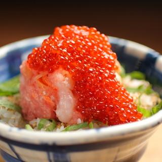 花まるオリジナルの海鮮丼やできたて自慢の一品料理も充実