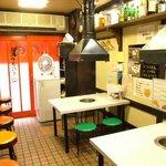 肉八 - 1Fは下町の焼肉屋さんのイメージ。常連さんからはこの雰囲気が好きと人気。