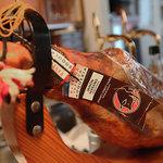 ビストロ・アヴリル - 豪快な生ハムをその場でスライスして提供しております。新鮮で美味しい生ハムを是非ご賞味下さい。